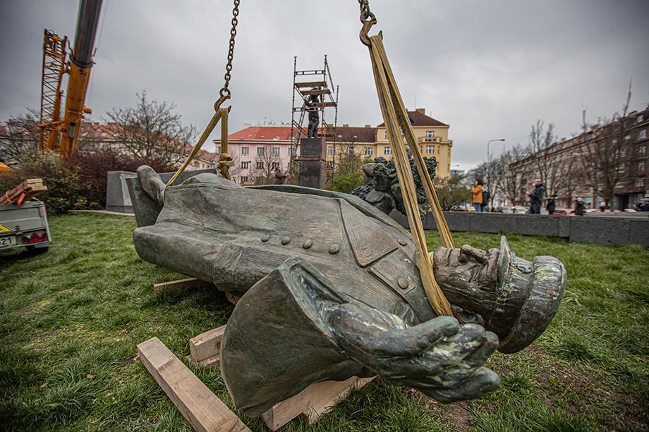 Через 75 лет с подачи американской лоббистской конторы Squire Patton Boggs в Праге демонтировали памятник Ивану Коневу.