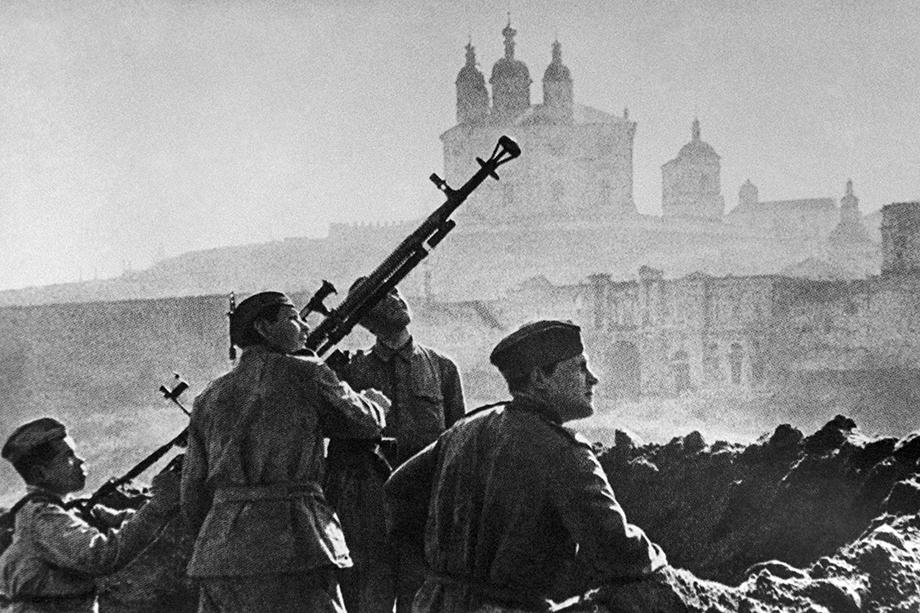 Советские солдаты ведут огонь по врагу. Июль 1943 года.