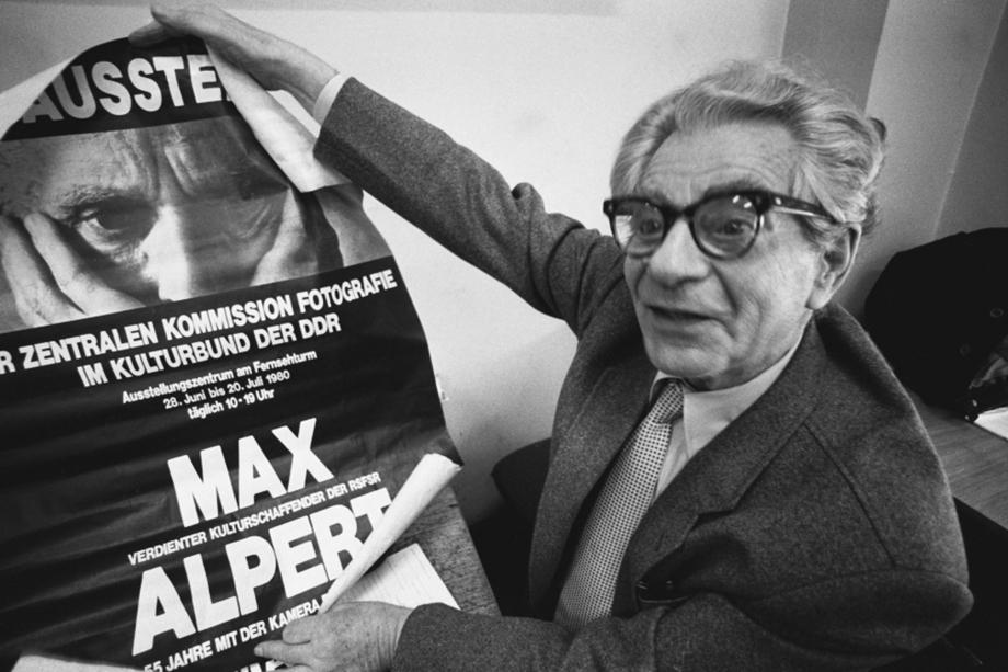 Советский фоторепортёр Макс Альперт и афиша его выставки в ГДР. 1980 год.