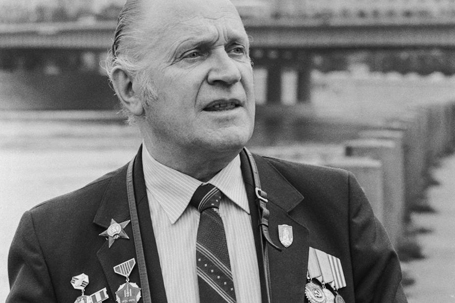 Михаил Савин со своими наградами. 1984 год.