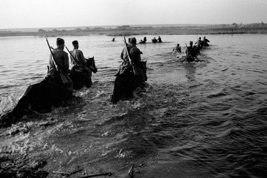 Советские кавалеристы форсируют один из лиманов под Одессой.