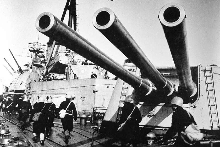 Советский военный корабль «Ворошилов» в порту Севастополя. 1943 год.