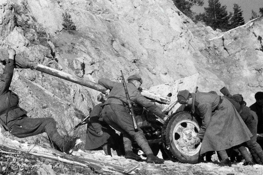 Советские солдаты перемещают орудие ЗиС-3 на склонах Карпат. Сентябрь 1944 года.