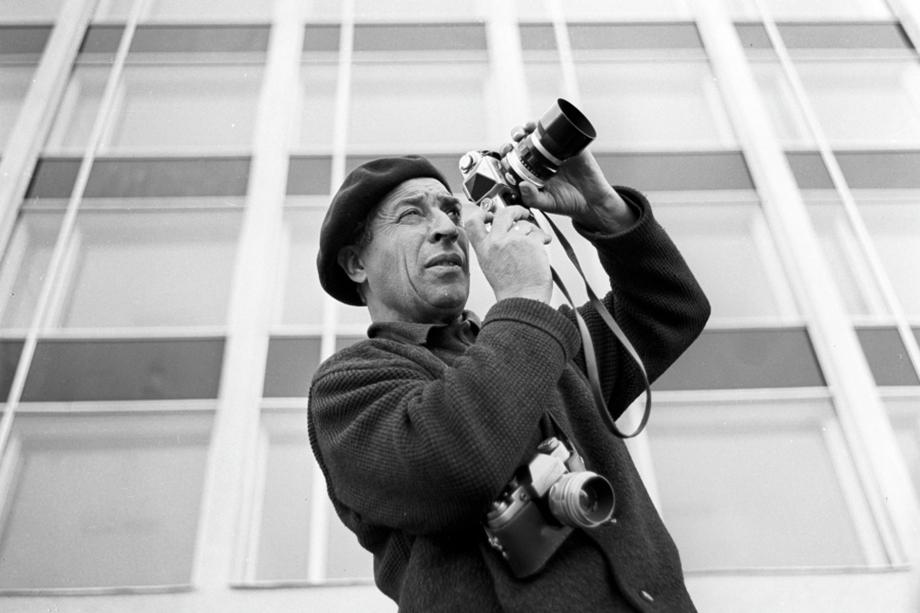 Фотокорреспондент Георгий Зельма во время работы в Ташкенте.