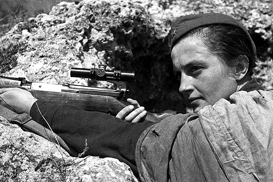 Людмила Павличенко − снайпер 25-й Чапаевской стрелковой дивизии РККА, имевшая на своём счету 309 смертельных попаданий в солдат и офицеров войск противника.