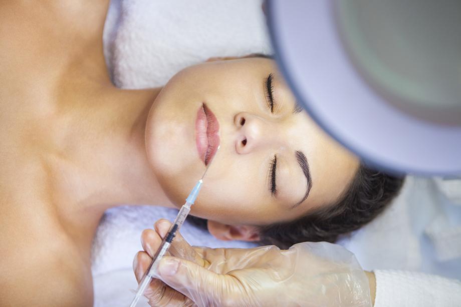 «Уколы красоты» – одна из самых популярных и распространённых процедур в мире женщин. Но и тут необходимо соблюдать максимальную осторожность по ряду факторов.