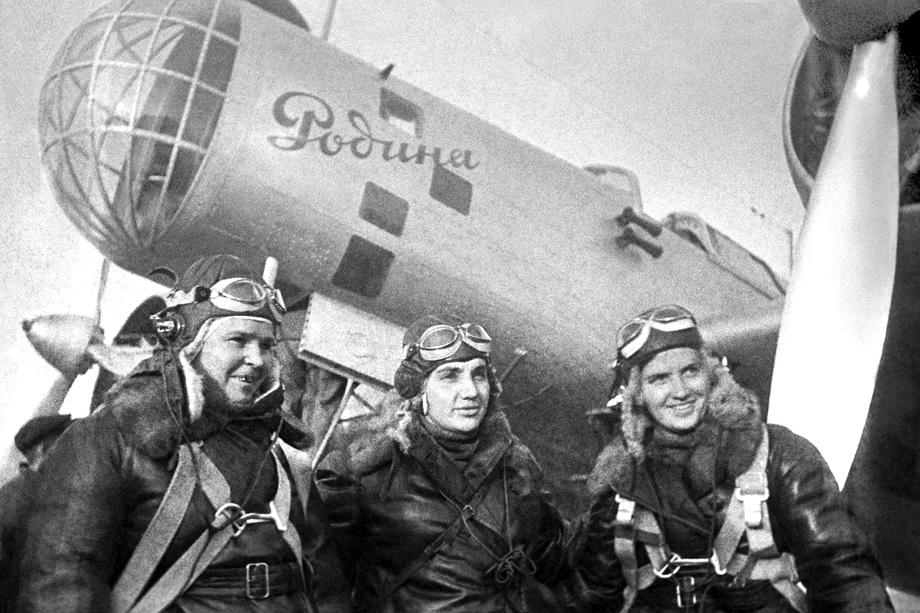 Экипаж самолёта АНТ-37 «Родина» (слева направо): второй пилот Полина Осипенко, командир экипажа Валентина Гризодубова и штурман Марина Раскова.