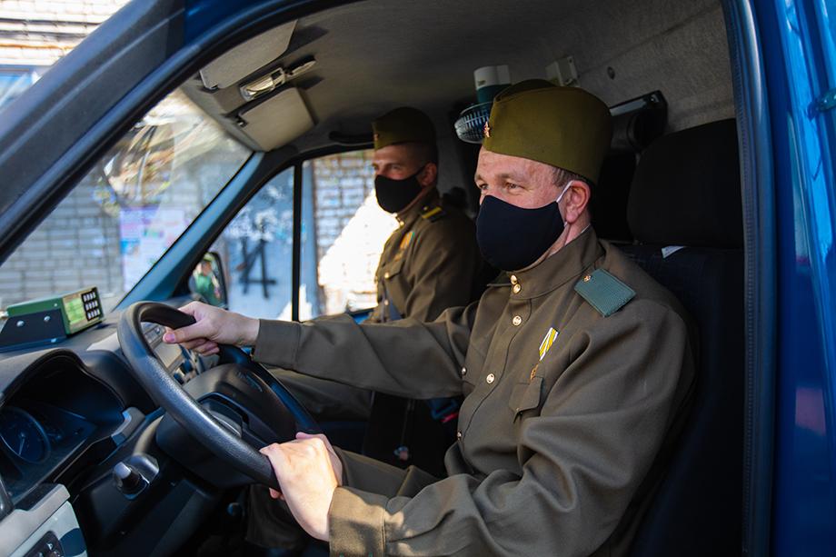 Машина «Почты Победы» приехала к ветерану.