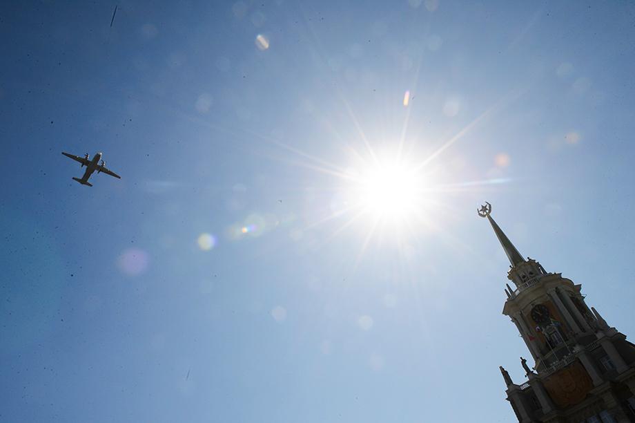 «Старичок» Ан-26 в небе над Екатеринбургом.
