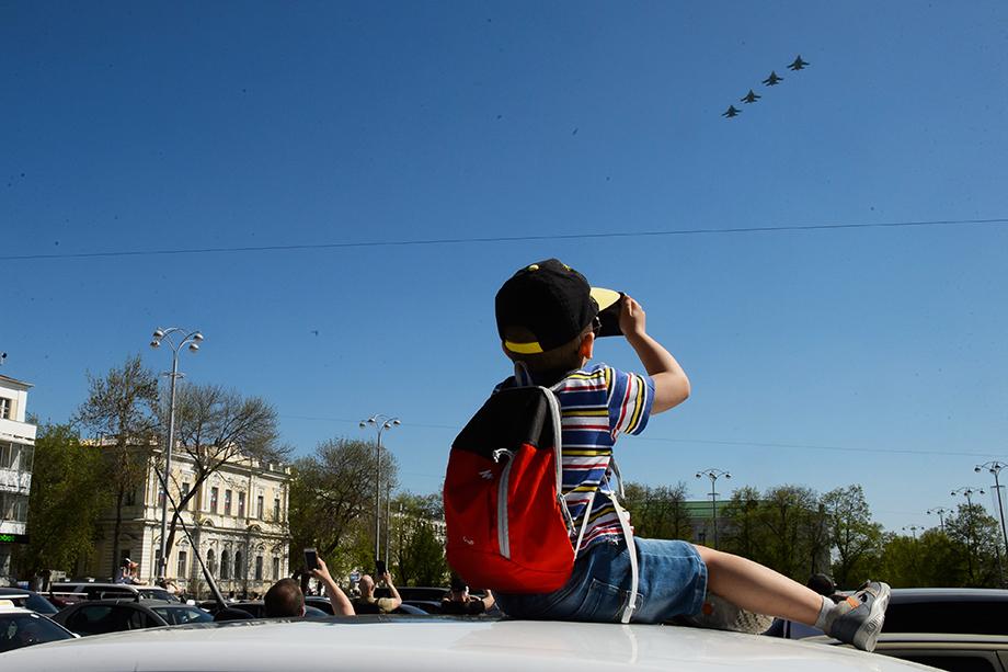 Мальчик и звено суровых Су-34.