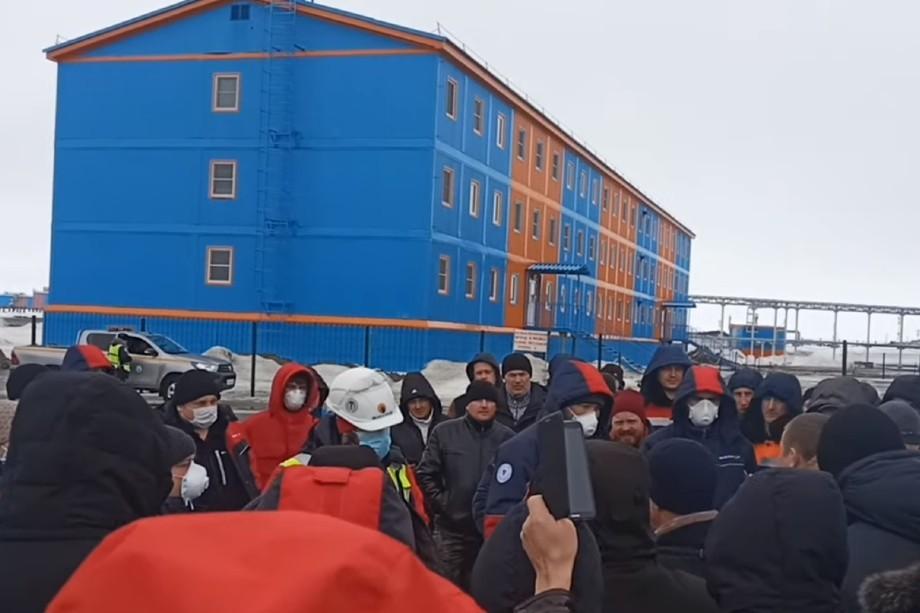 Вахтовики собрались возле здания административно-бытового корпуса и контрольно-пропускного пункта