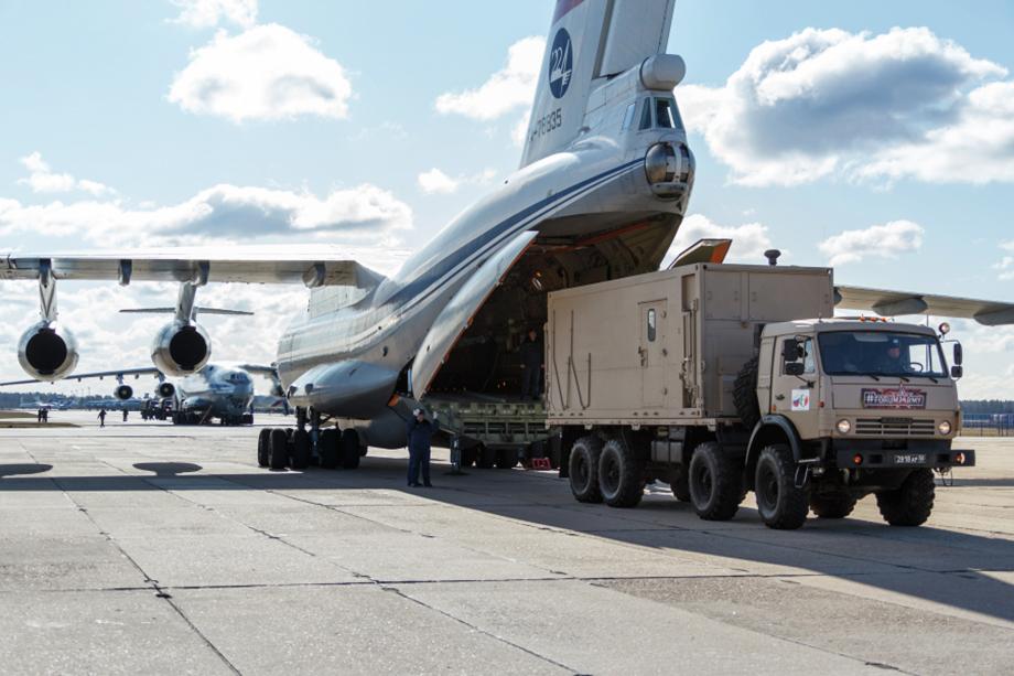 Российские военные специалисты готовятся к вылету в Италию с военного аэродрома Чкаловский.