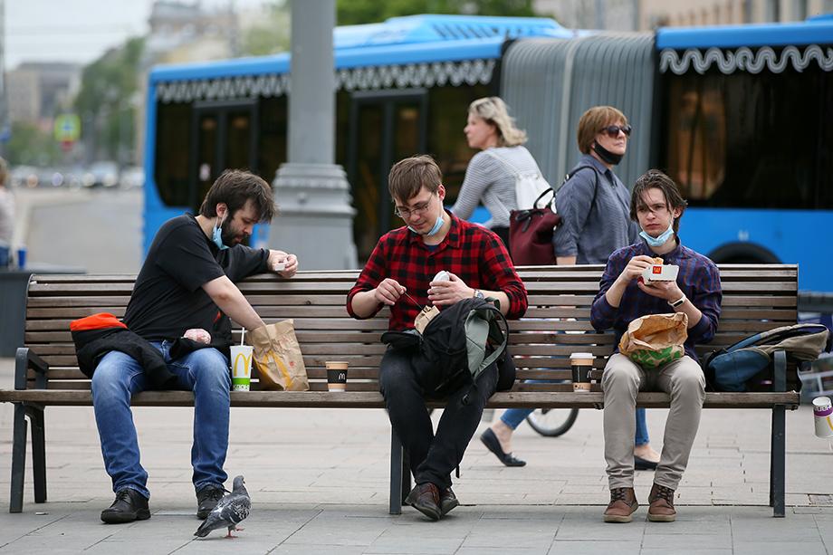 В Москве по-прежнему обязательно ношение масок и перчаток. Многие регионы решили придерживаться такой же тактики.