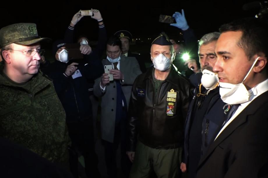 Встреча российских военных и министра иностранных дел Италии Луиджи Ди Майо (справа).