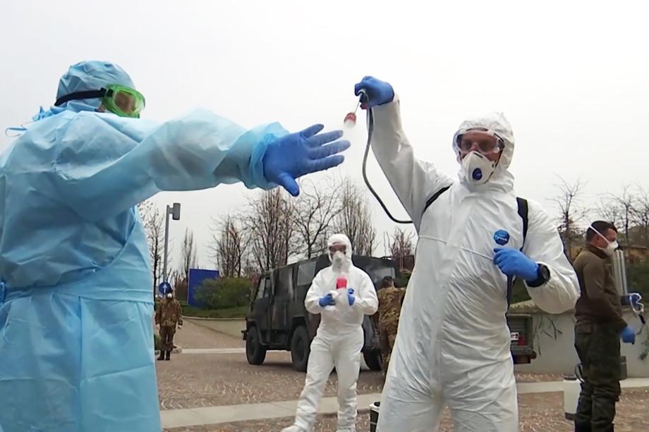 Российские специалисты проводят дезинфекцию.