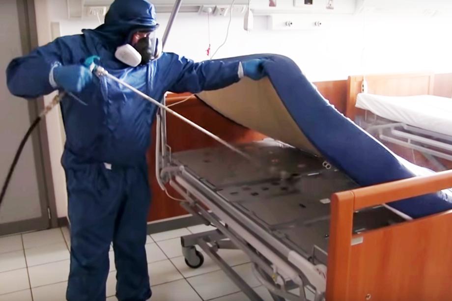 Сотрудник Министерства обороны РФ проводит спецобработку.