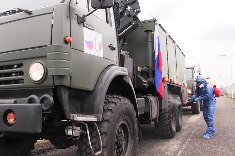 Российские военные дезинфицируют технику.