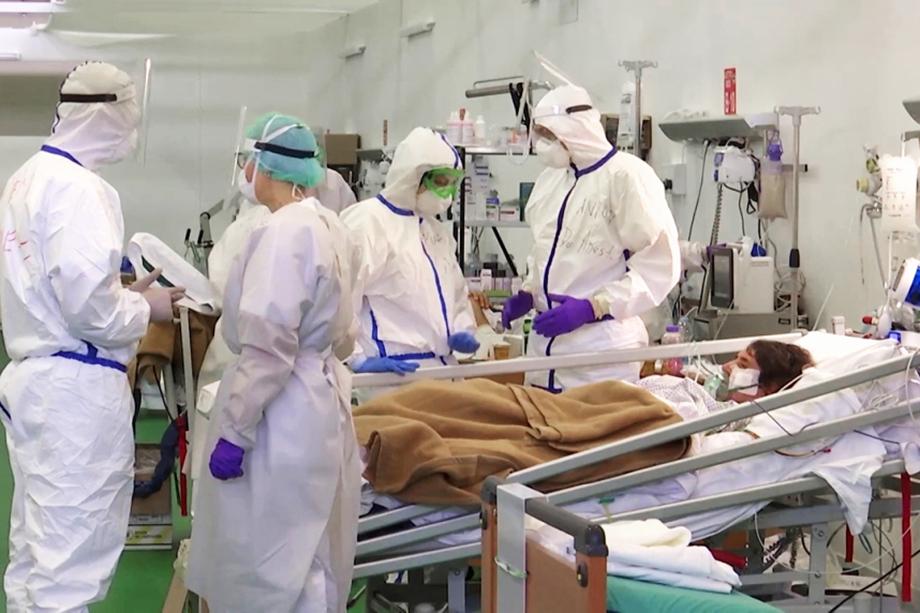 Вирусологи обеих стран осматривают больного коронавирусом.