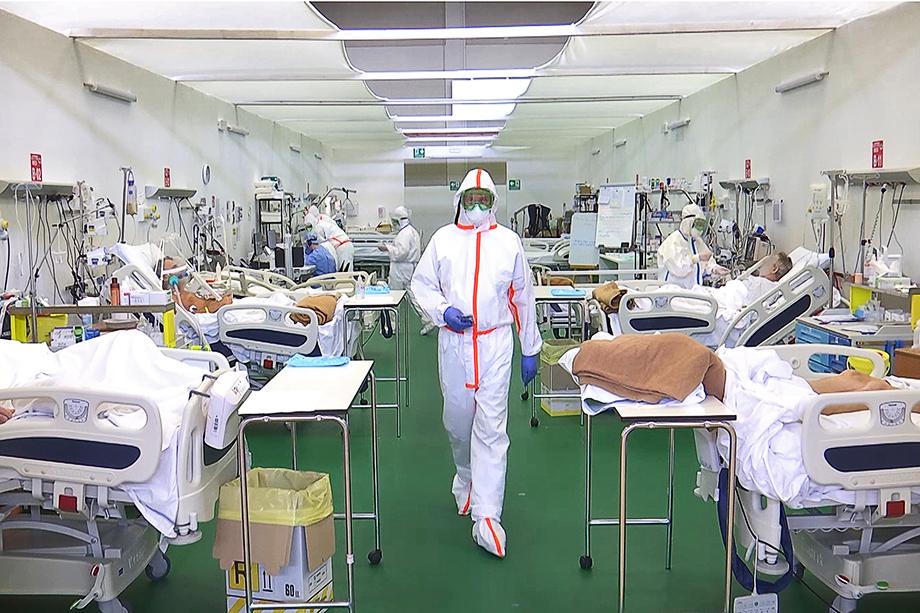 Врачи в отделении интенсивной терапии полевого госпиталя Бергамо.