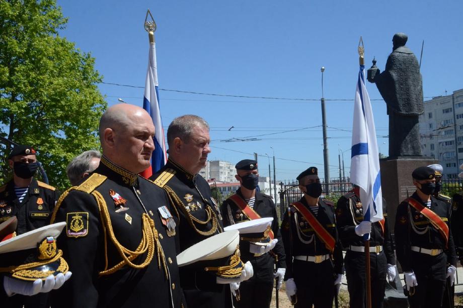 Военные возложили цветы к памятнику Екатерине II