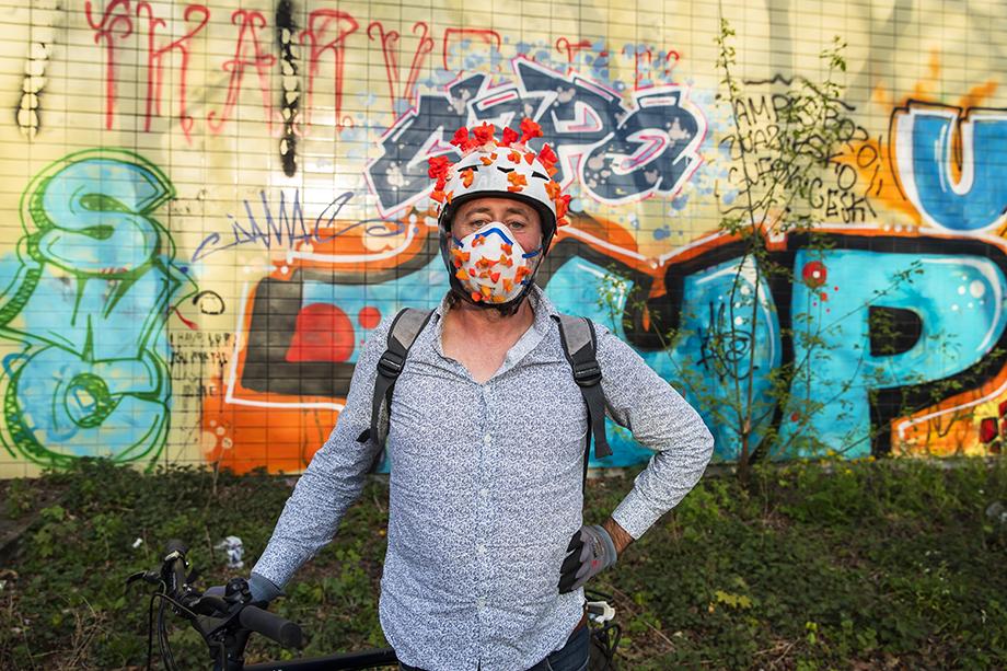 Ахим, одетый в шлем и защитную маску, украшенную «коронавирусом», позирует для фотографии. Берлин, Германия. Апрель 2020 года.