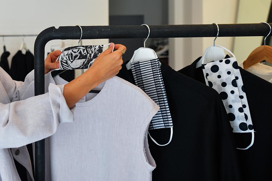 Анна Грегори, дизайнер, в своём бутике координирует новую женскую коллекцию. Краков, Польша.