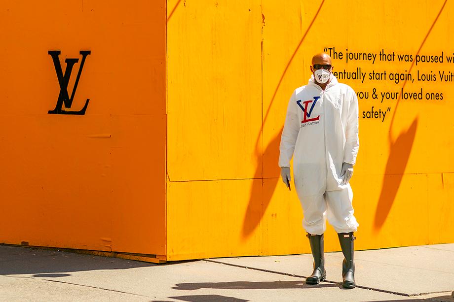 Комбинезон Louis Vuitton и защитная маска для лица в Сохо. Нью-Йорк. Май 2020 года.