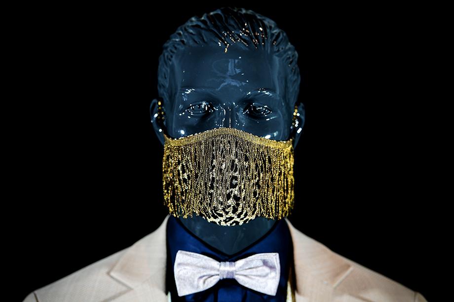 Дизайнер Вольфганг Шинке из немецкого города Крефельд создал коллекцию защитных масок для лица. Апрель 2020 года.
