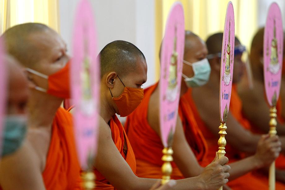 Буддийские монахи молятся в храме Пхленг.