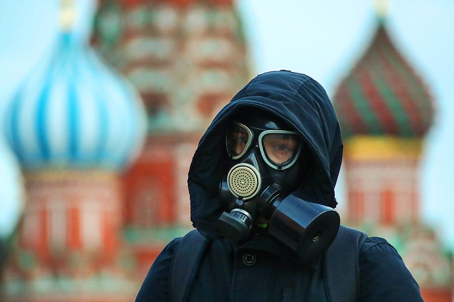 Молодой человек в противогазе на Красной площади. Март 2020 года.