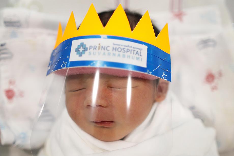 Новорождённые в защитных масках во время пандемии коронавируса в больнице Princ Hospital Suvarnabhumi тайской провинции Самутпракан. Апрель 2020 года.