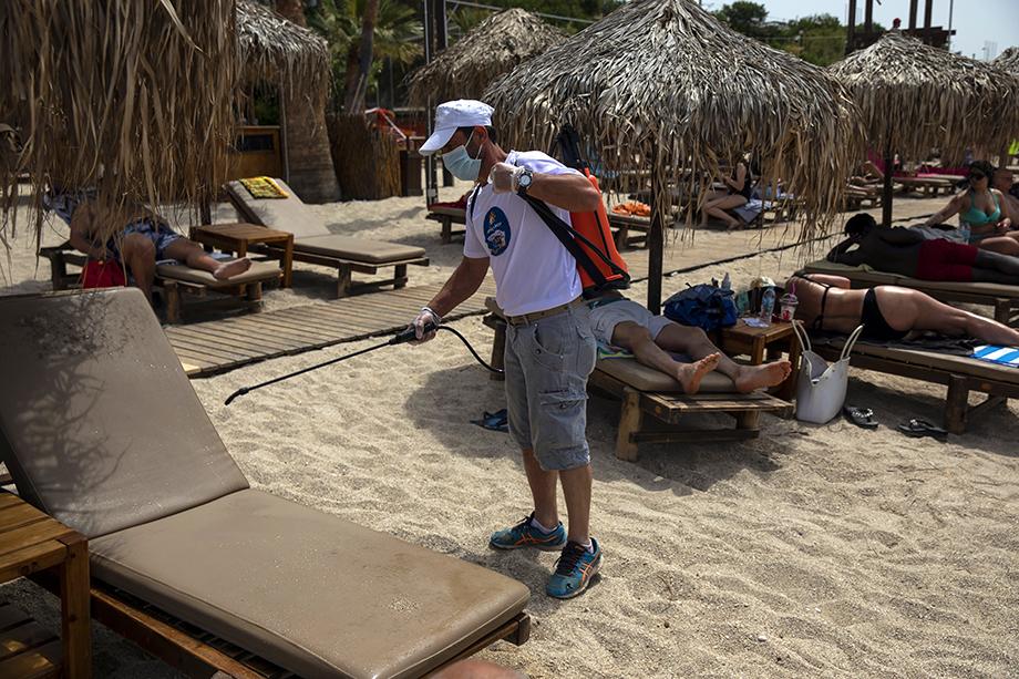 В Греции из-за внезапно наступившей жары и в рамках второго этапа снятия карантинных мер в конце прошлой недели открыли 515 пляжей. Пока только для местных.