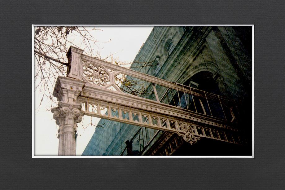 Фрагмент чугунного литья опоясывающих галерей. Уничтожен в 1990-х.