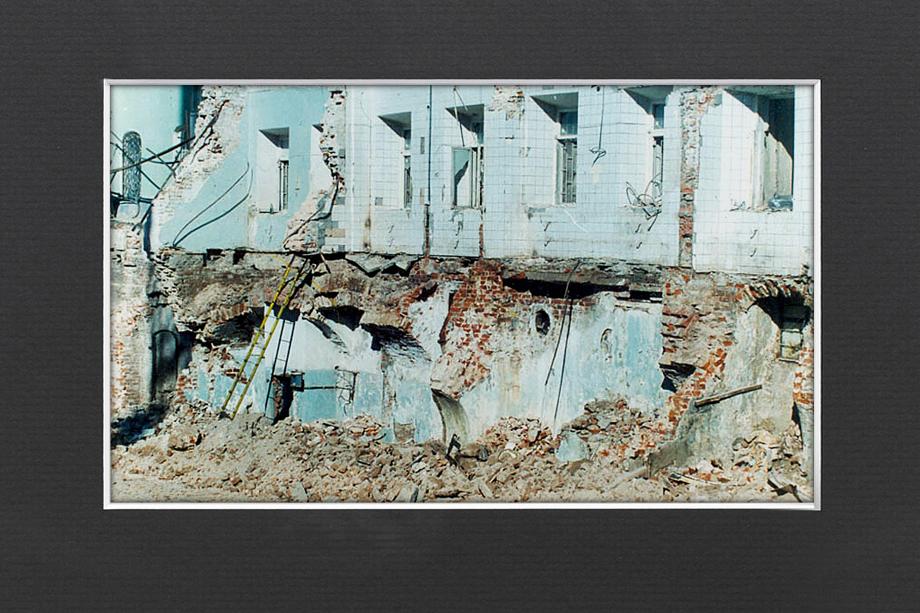 На фотографии сноса видны фрагменты сводов палат, находившихся в подвалах Тёплых рядов.