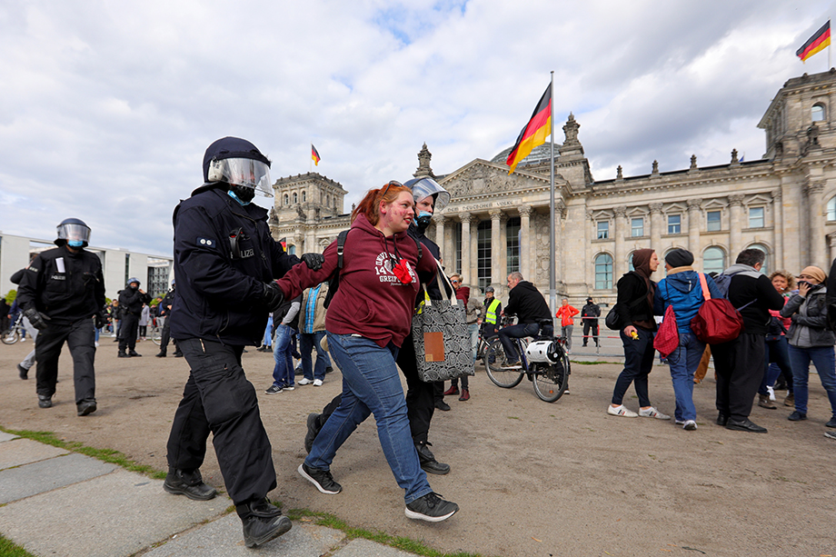 Крупнейшие города Германии 9 мая охватила волна протестов. Люди обвиняли политиков и медицинских специалистов в нагнетании паники и ущемлении права человека на свободу выбора.
