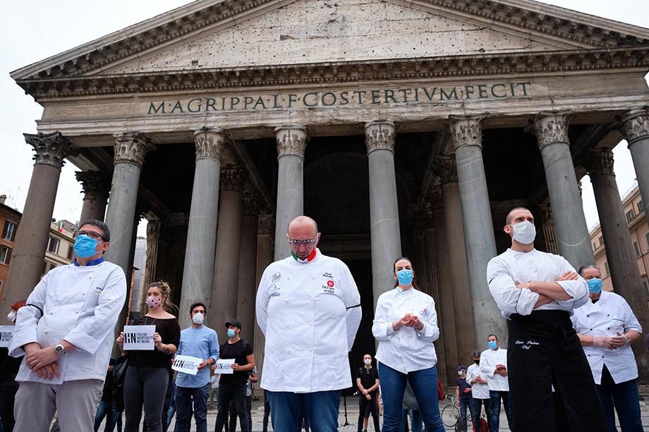 В Италии обвинения в адрес правительства звучат в стенах парламента. На улицах же итальянцы протестуют пока только против слабой экономической поддержки малого и среднего бизнеса.