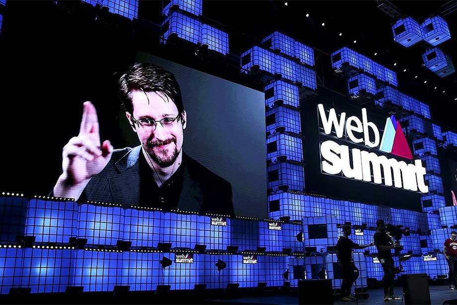 Эдварду Сноудену тоже удалось внести «коррективы» в «большие планы». В июне 2013 года бывший сотрудник ЦРУ и АНБ передал The GuardianиThe Washington Postсекретную информацию о тотальной слежке американских спецслужб за коммуникациями между гражданами многих мировых держав. Сноуден увёл из-под носа спецслужб 1,7миллиона секретныхфайлов.