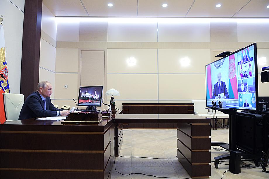 Владимир Путин во время рабочей встречи с членами Высшего Евразийского экономического совета по видеосвязи.