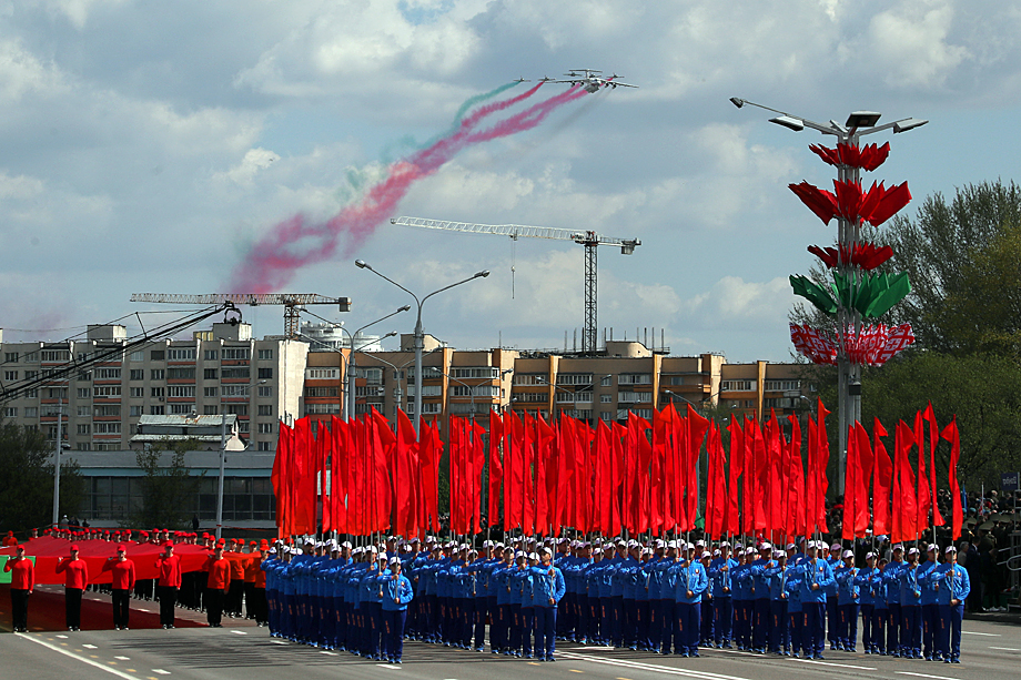 Белоруссию мир теперь знает как страну-COVID-диссидента. 9 Мая в Минске состоялся и парад, и концерт, и салют в честь Дня Победы. Даже Москва не позволила себе такой смелый шаг.