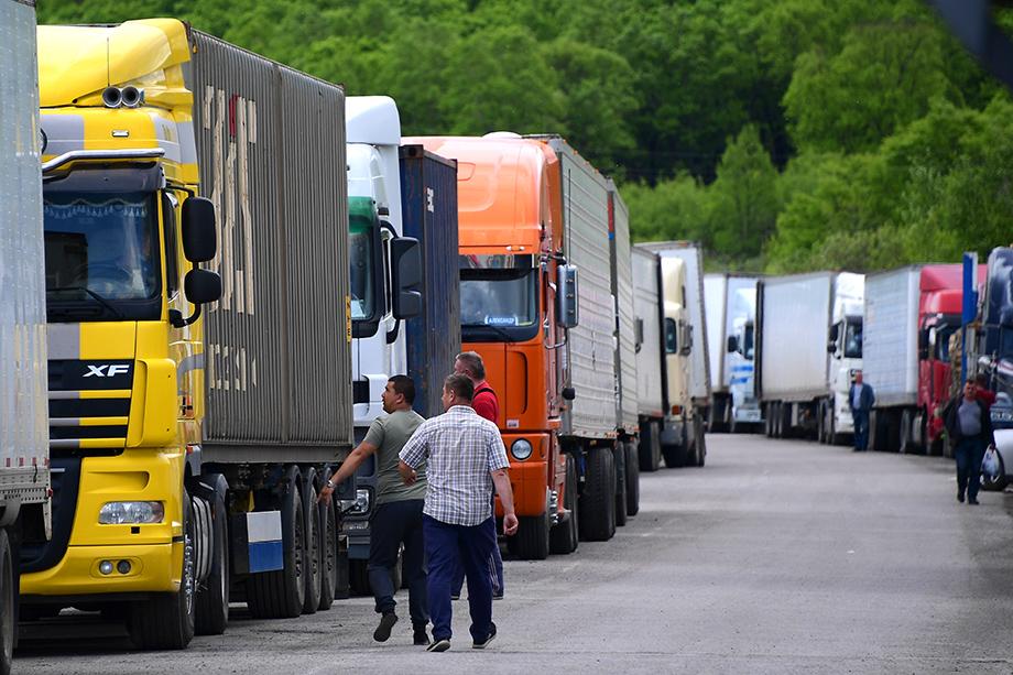 Проезд грузового транспорта к автомобильным пунктам пропуска на границе Приморского края пока ограничен, но регион начинает постепенно смягчать ограничения.