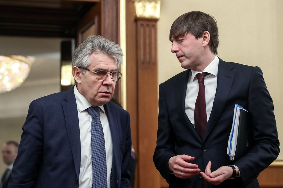 После подписания президентом федерального закона стало ясно: Кравцов (на фото справа) не справился с поставленными перед ним задачами.