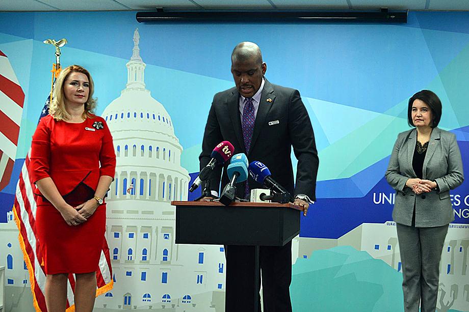 Молдавский президент регулярно проводит консультации с послом США в Молдове Дереком Хоганом.