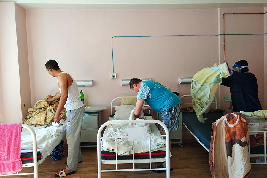 Санитарки контактируют с пациентами, заражёнными коронавирусом, чаще врачей.