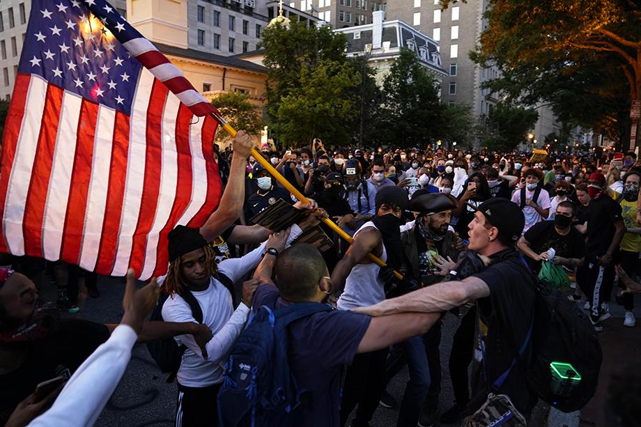 Полиция начала оттеснять протестующих от Белого дома.