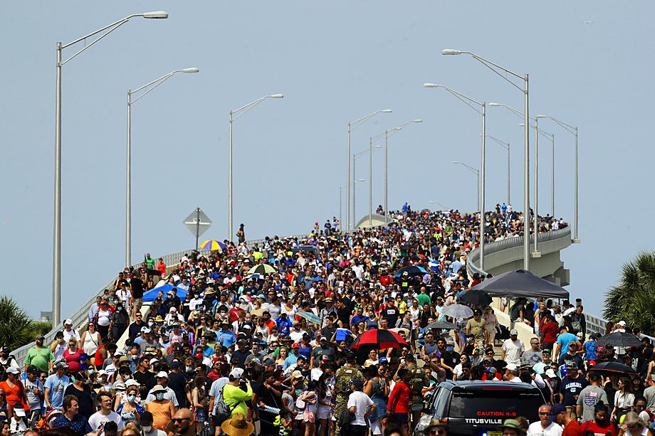 Американцы ждали этого события 9 лет. Зрители на мосту в Титусвилле, штат Флорида, наблюдают за стартом SpaceX Falcon 9.