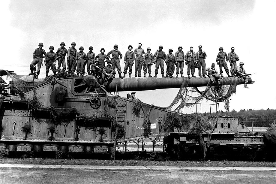 274-миллиметровое железнодорожное артиллерийское орудие, захваченное 7-й армией США в Германии около Рентвертсхаузенаю. 10 апреля 1945 года.