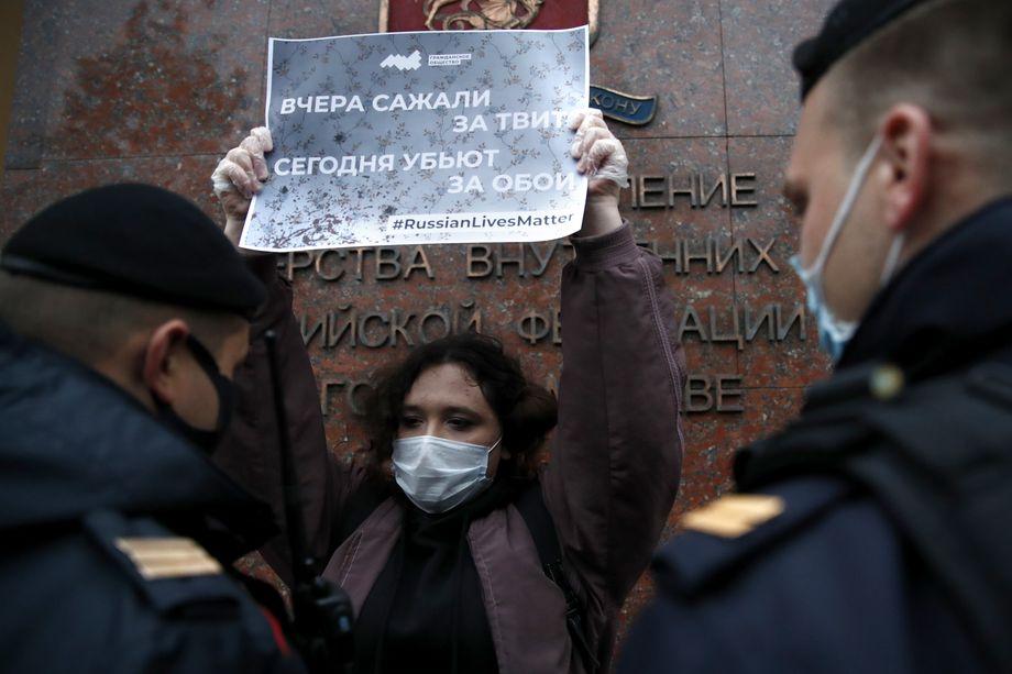 В Москве на Петровке прошла серия одиночных пикетов, вызванная гибелью жителя Екатеринбурга.