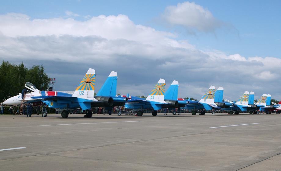 Многоцелевые истребители МиГ-29 пилотажной группы «Стрижи» и многоцелевые истребители Су-27 пилотажной группы «Русские Витязи».