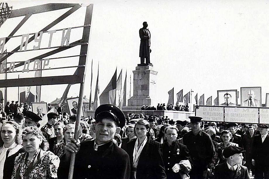 Первомайская демонстрация на площади Победы (до 1945 года–Ганза-Плац) в Калининграде. В 1953 году на ней был установлен памятник Сталину.