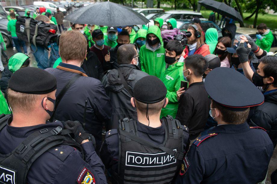 Полицейские и сотрудники на акции.